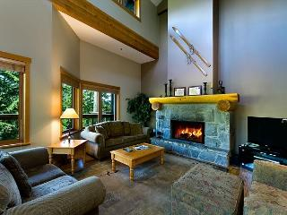 Ski-in, Walk-out Luxury 4 Bdrm, Private Hot Tub, BBQ, Free Wifi, Whistler