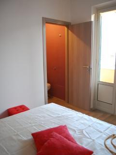 camera da letto bianco rosso