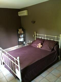 chambre lit 140 cm (literie neuve) avec écran mural et clim