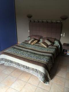 chambre lit 160 cm avec écran mural et clim
