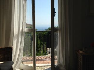 Spacious and relaxing apartment with sea view., Bergeggi