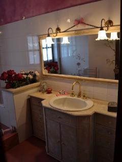 il grande bagno con le piastrelle dipinte a mano