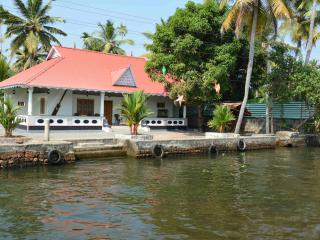 WATERFRONT VILLA - Alleppey