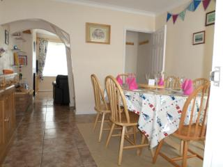 Dining room with extendable table and 6 chairs