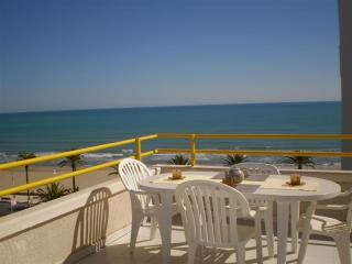 Ref 04.- Atico con gran terraza con vistas al mar y centrico. Con pkg y piscina
