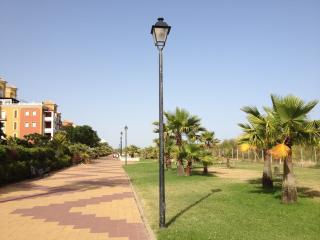Paseo marítimo frente residencial