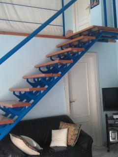 Salón, escalera de acceso a planta superior