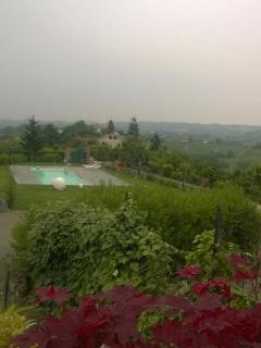 La piscina vista dall'entrata di casa