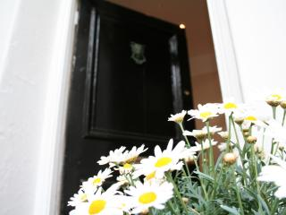 LANE COTTAGE, 3 BED HOUSE WITH PATIO, CENTRAL BRIGHTON, CLOSE TO BEACH