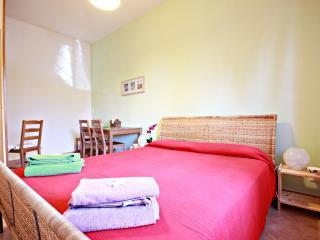 L'ampia e luminosa camera con bagno privato può ospitare fino a tre persone