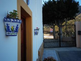 Fachada y acceso a piscina comunitaria