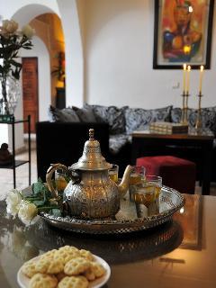 Thé à la menthe de bienvenue dans le Coin salon au rez de chaussée du riad dar khmissa marrakech
