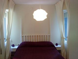Dormitorio principal, acogedor, luminoso, con armario empotrado, butaca y espejo entero.