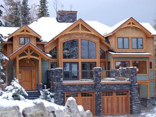 CREEKSIDE CHALET: Creekside Chalet is perfect for friends and family vacations as well as weddings and corporate stays