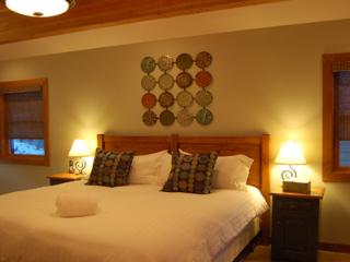 FIR TREE LODGE : Rooms with beds that configure into either a king or two twins create great flexibility for any group