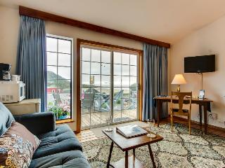 Simple, cozy beach suite - dog-friendly with ocean views!, Yachats