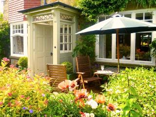 PARK HOUSE, romantic, character holiday cottage, with open fire in