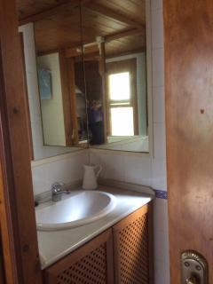 Detalle del baño, lavabo.