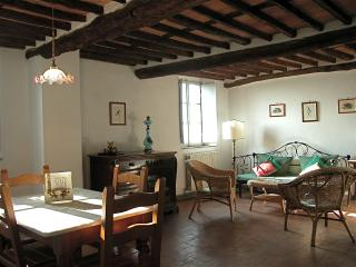 Lovely 2 bedroom Tuscan cottage in the countryside with great views and pool access, Matraia