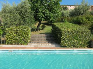 Lovely 2 bedroom Tuscan cottage in the countryside with great views and pool access
