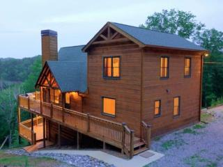 Luxury Cabin with a Beautiful Long Range View, Hot Tub, Internet & Game Room., Ellijay
