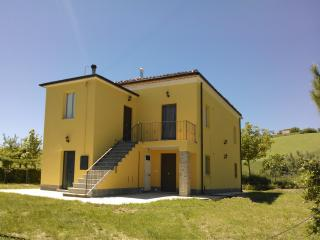 COUNTRY HOME IN ITALY - NEAR MOUNTAINS AND SEA, Castellalto