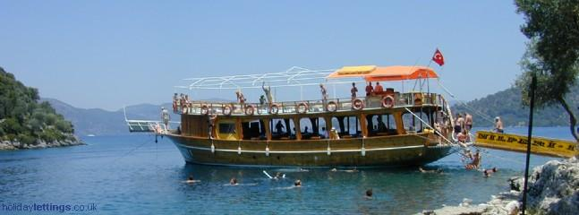 Daily boat trips with lunch & plenty of swimming stops