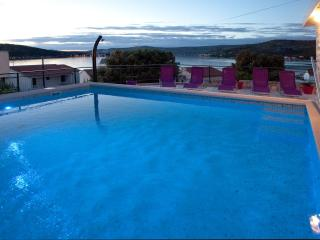 Penthouse in villa with pool 80 meters from beach, Razanj