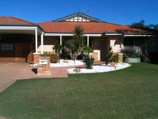 Iandra House Holiday Home, Sparkling Pool, Air-con, Foxtel and  Free WiFi