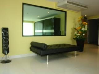 Condo for rent Central Pattaya,130 sqm.,pool view,close to Pattaya Beach.