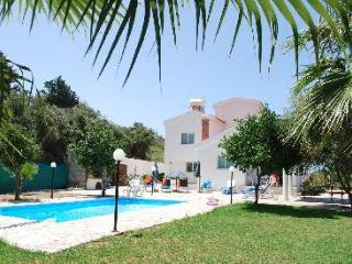 APOLLON 2 bedrm Beautiful villa in Prime Location of Coral Bay - Large Pool, Agios Georgios