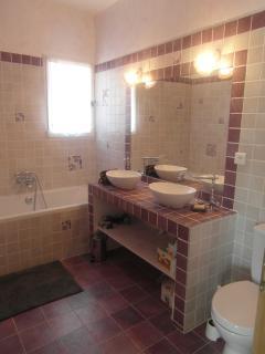 Une des 2 salles de bains avec wc : un charme rétro ton lilas...