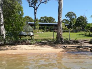 Macleay Island Beachfront 2 bdrm Apartment, Pool, RC Aircon, spas. canoe, Bikes