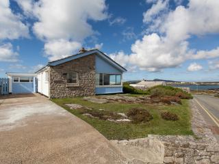 Pedwar Gwynt, detached bungalow with sea views and secure garden, dog friendly