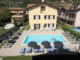 Lakeside Apartment with pool near the beach, Domaso