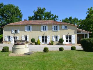 Farmhouse with heated pool and amazing views, Marciac