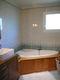 Salle de bain avec fonction jacuzzi.