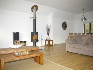The open plan lounge/diner with wood burner: cosy in the winter!