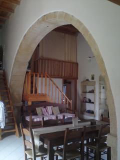 Large Venetian Arc reveals Cottage Architecture