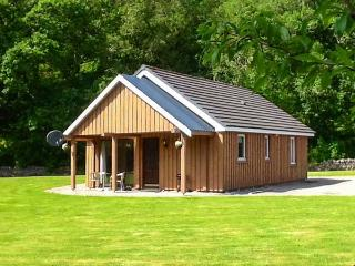 PEBBLES COTTAGE, single-storey lochside cottage, patio, garden, Strathpeffer Ref 904200