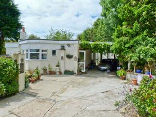MANANA, woodburning stove, WiFi, mature gardens with furniture, views over the Luccombe Downs, Ref 904981, Shanklin