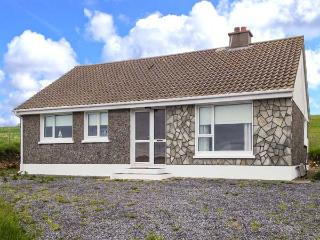 SILVER STRAND COTTAGE, close to beach, stove, single-storey, Malin Beg