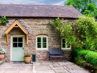 ANNE'S COTTAGE, woodburning stove, patio with furniture, great base for walking, Ref 914155, Penallt