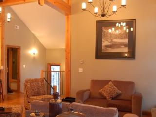 VALHALLA : Enjoy the mountain decor at the open concept living room, kitchen and dining area.