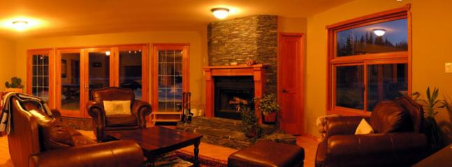 ELKHORN MOUNTAIN RANCH : Sit by the fireplace and play with your friends some pool or just relax on the plush chairs