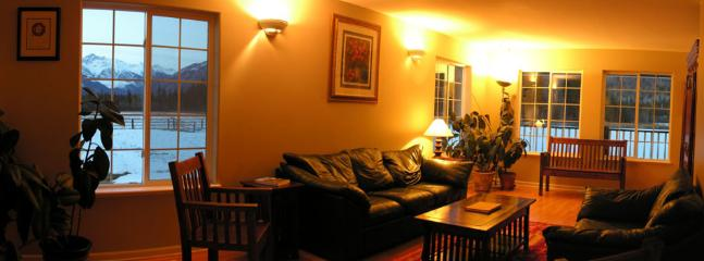 ELKHORN MOUNTAIN RANCH : Watch TV in the comfy leather couches