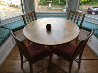 Additional dining area in bay window