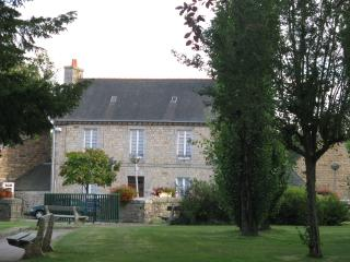 PLACE DE L'EGLISE   IN VILLAGE CENTRE CLOSE TO PINK GRANITE COAST SLEEPS 4 TO 7