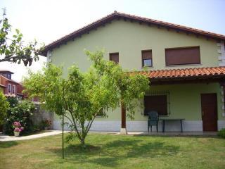 bonita casa verde typica asturiana, Poo de Llanes
