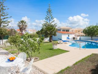 Nice villa with pool and garden, close to the sea, Albufeira